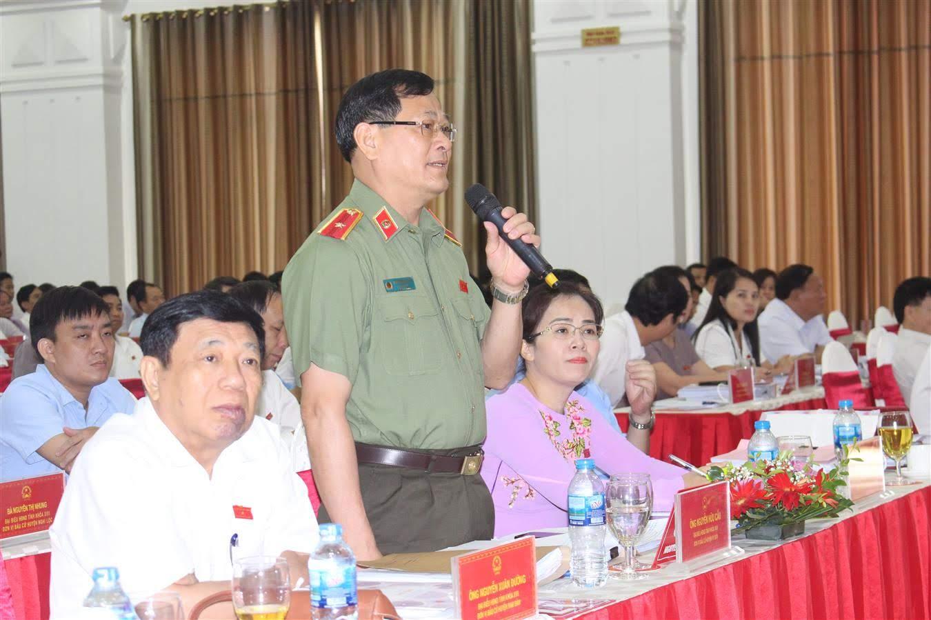 Thiếu tướng Nguyễn Hữu Cầu trao đổi về các vấn đề tại phiên thảo luận sang 11/7