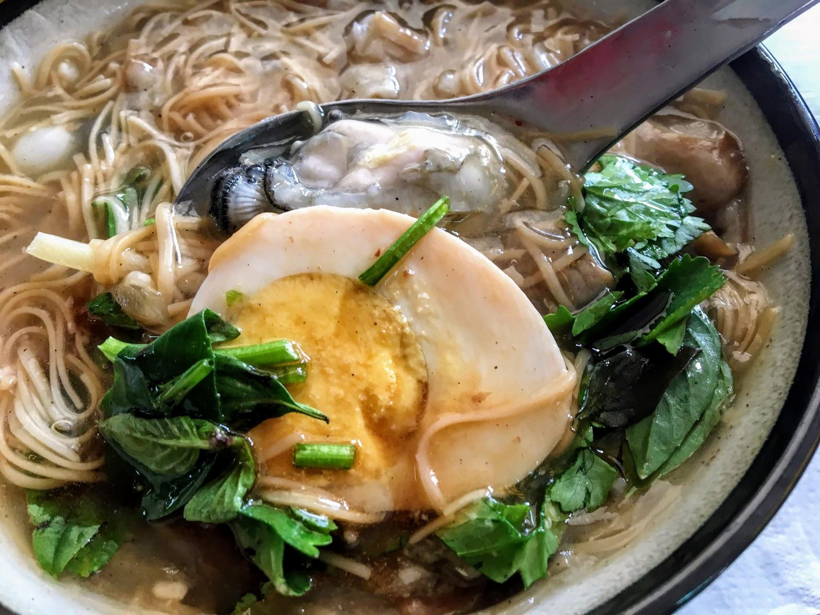 很特別的還多了半顆蛋XD 湯頭帶著榫子和蝦米的香,顏色偏淡,但口感還不錯