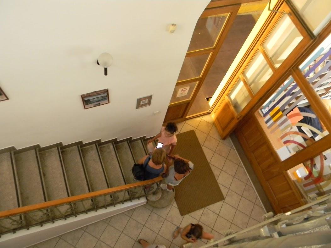 okostelefonnal dolgozó gyerekek a könyvtárban