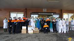 Los voluntarios de Protección Civil hacen entrega del materia.