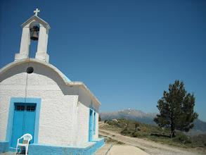 Photo: Derrière l'église le Gingilos convoité