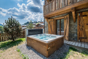 ENCHANTING CHALET WITH JACUZZI IN LES GETS in morzine