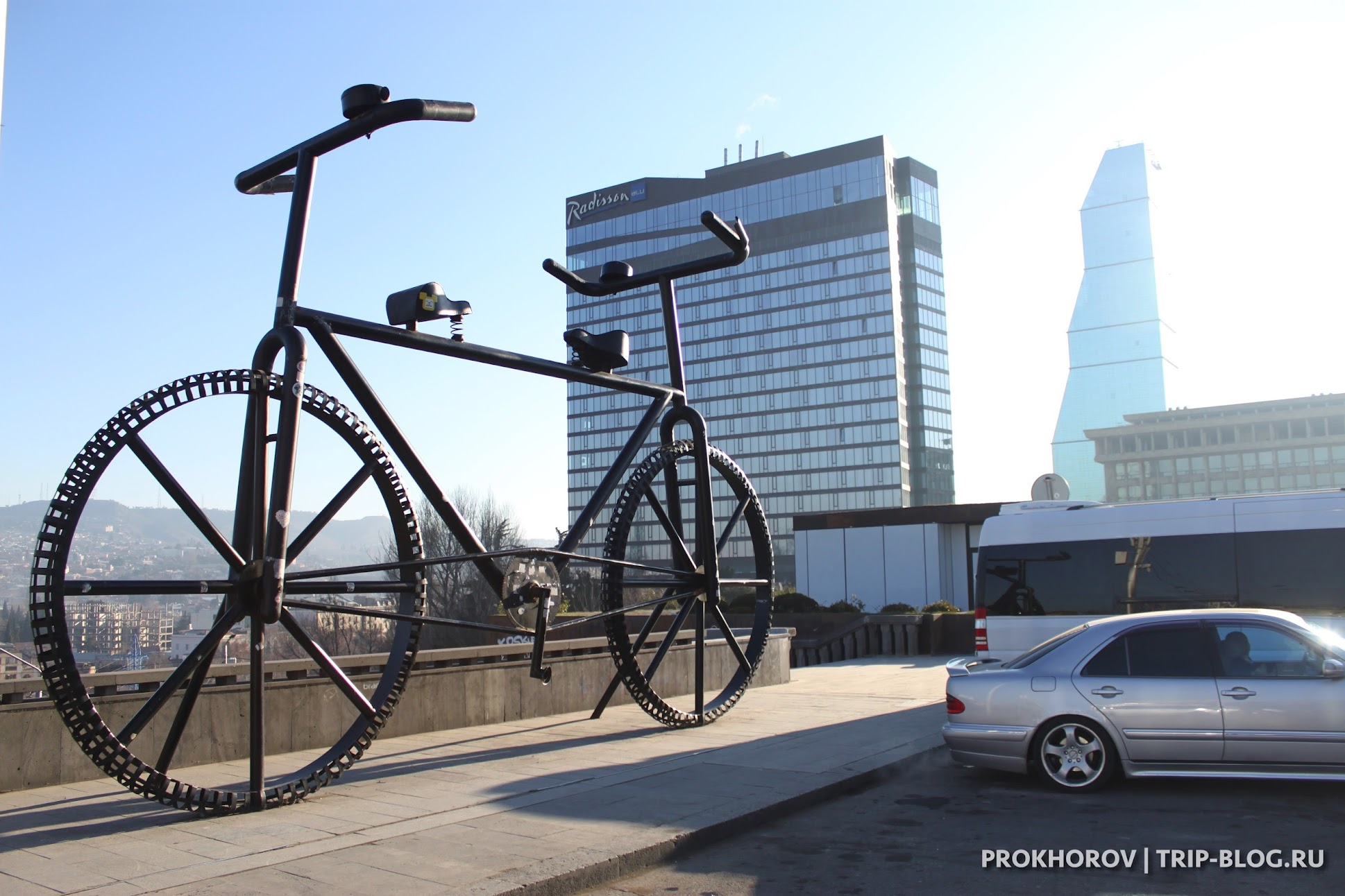 Велосипед на Площади Революции Роз