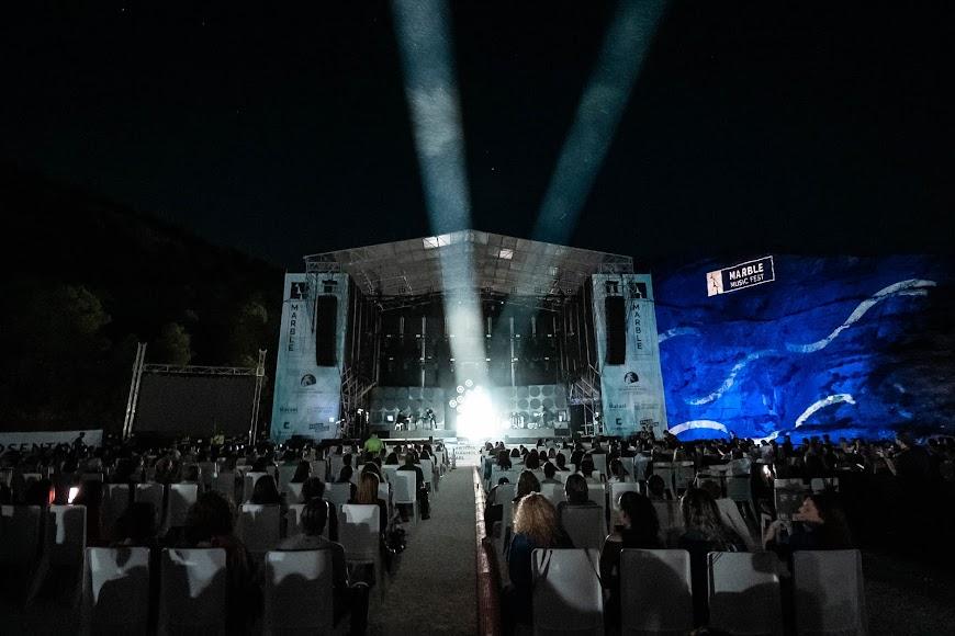 El escenario con la cantera de Macael iluminada de fondo