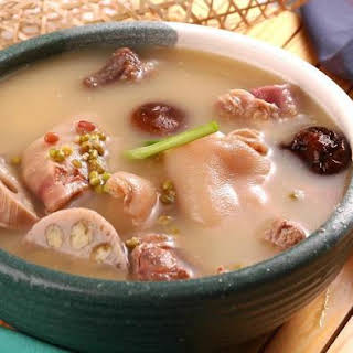 A Super Soup For Whitening And Detoxification – Lotus Root and Pig Feet Soup.