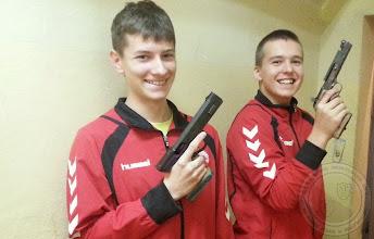 Photo: Kacper Jurasz (z lewej) trzykrotny złoty medalista Mistrzostw Polski Młodzików w strzelectwie (5.10)