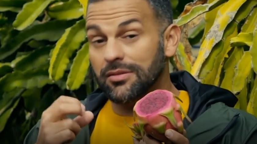 El chef d\'Ambrosio, con una fruta del dragón, en Almería.