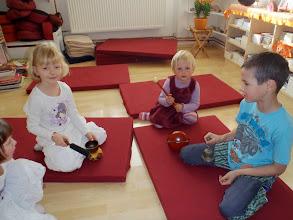 Photo: dhamma škola - hraní na instrumenty/ dhamma school - playing the instruments