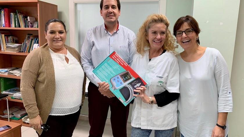 El equipo fue entregado a la médica del centro de Garrucha, María José Gómez