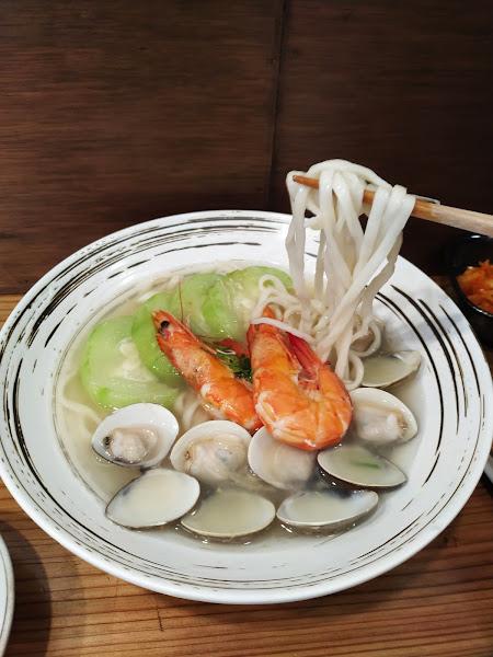 這家牛肉麵湯頭超級清淡爽口,第一次可以把湯喝光光!牛肋條約有7-8塊,軟爛好入口!鮮蝦蛤蜊絲瓜麵湯頭也是超好喝,湯很鮮甜,連絲瓜都是特別挑選過的品種!小菜全都是老闆自己做到,黃金餛飩很好吃,柴魚泡菜帶