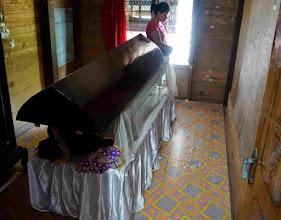 Photo: Kambira Tana Toraja (Sulawesi)  En este pueblo visitamos la casa de una chica que según la costumbre toraja tenía a su madre muerta en un ataúd en una de las habitaciones. Nos dijo que llevaba dos años y medio fallecida, y que estaban ahorrando para el funeral. En estos casos se debe saludar y despedirse del difunto como si fuera un anfitrión vivo.