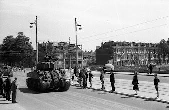 Photo: 0004. Bevrijdingsparade op de Laan van Meerdervoort, een tank op de brug over het Verversingskanaal. 21  mei 1945.  http://www.loki-travels.eu/