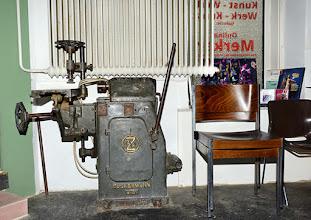 Photo: ONLINE MERKER www.der-neue-merker.eu und Galerie KUNST-WERK - WERK- KUNST in Wien 12, Zeleborgasse 20. Uralte Zuckermann-Standbohrmaschine.  Foto: Barbara Zeininger