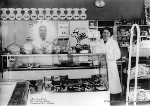 Photo: Affären omkring 1958. I slutet av 1950-talet övertog den dåvarande konsumföreståndaren, Harry Carlsson och hans fru Elwa, affären och öppnade en privatägd ICA-handel, H:C:s snabbköp.