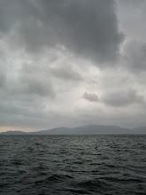 Photo: まだ吹いてます! 午後からは、波も穏やかになる予報。 ガンバってやりましょー!