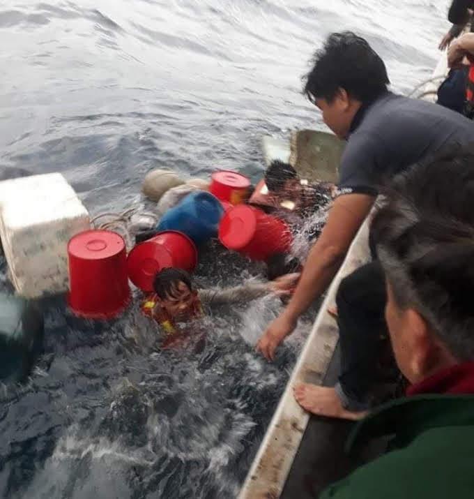 Các thuyền viên phải ôm can nhựa lênh đênh trên biển hơn 6 tiếng đồng hồ