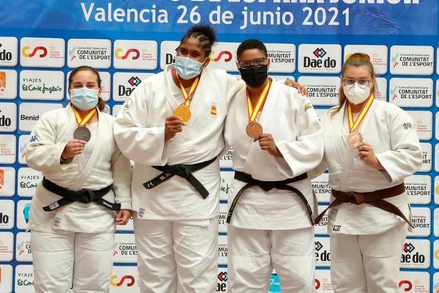 Alejandra muestra su medalla de bronce.