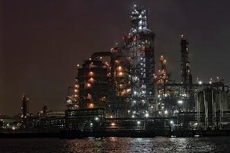 Photo: 時系列無視で現像しております。 京浜で一番好きなプラントといえば、やっぱり東亜石油のフレキシコーカー。 この丸みがたまらんですなぁ〜 しかし、小さな船の上からの工場夜景撮影は気を使います。  京浜コンビナート Keihin industrial complex #technoscape  #industrial  #pentaxusersjp  #pentaxk5  #kawasaki