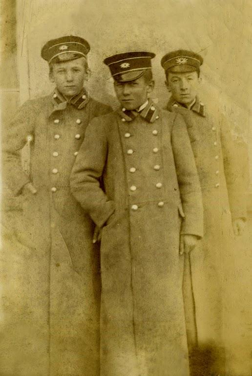 Zdjęcie: Jan Zgrzebnicki wśrodku podczas nauki wProgimnazjum wRadomiu około 1914 roku. (fot. zarch.Wiesława Grabik).