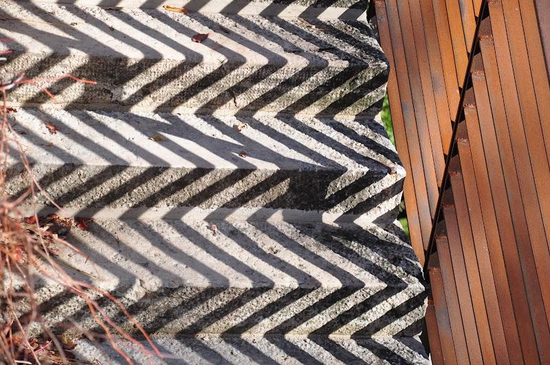 gioco di ombre tra  ringhiera e gradini di brunpizz