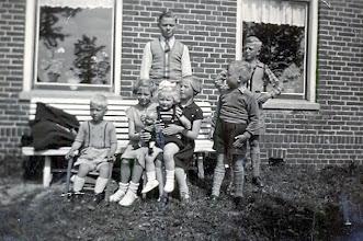 Photo: Staand: Hendrik, Ep en Roel Mennega Zittend: Jan Mennega, Rika Kremer, Gretha Vedder en Geesje Mennega