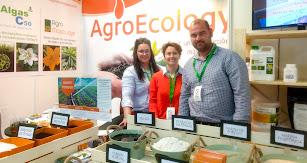 Equipo de AgroEcology en su stand en la feria.