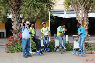 Photo: Roberto LU2FA con los maleteros del Aeropuerto