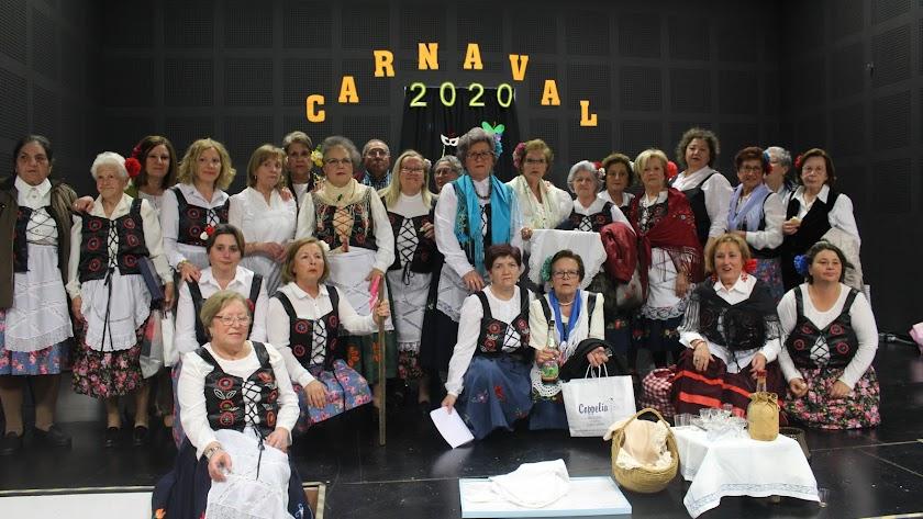 La Asociación de Mujeres tras la actuación carnavalesca.