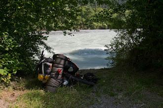 Photo: Przerwa na kąpiel w rzece Inn. Woda przyjemnie chłodna chociaż nurt dość silny. Widząc to jakiś miejscowy również korzysta z okazji i zażywa kąpieli ;)