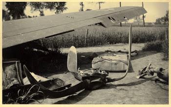 Photo: 1940 Overblijfselen van een neergeschoten Duitse bommenwerper (Messerschmidt 110).