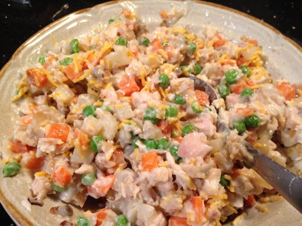 IN A MEDIUM SIZE BOWL COMBINE POTATOES, CHICKEN, ONION, PEAS N CARROTS, 1 CUP...