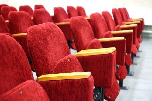 Fotos de stock gratuitas de adentro, asiento, auditorio, cine