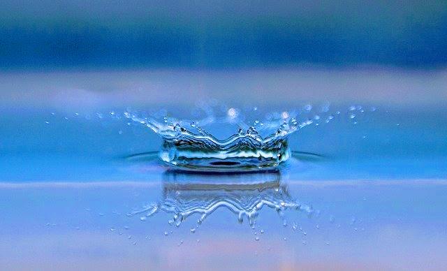 イメージ写真。一滴の水がはねているところ