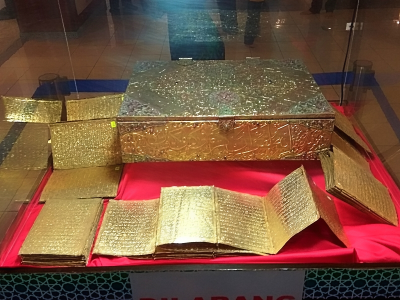 Ayat Al Quran bertahta emas