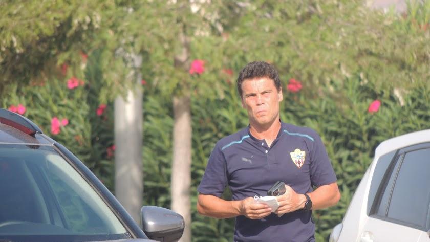 El entrenador rojiblanco llegando al Estadio de los Juegos Mediterráneos.