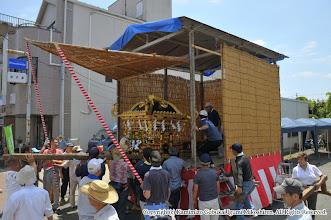 Photo: 【平成23年(2011) 宵々宮】  組み上がったお仮屋に神輿を搬入。