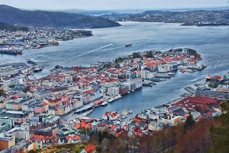 Photo: Day 118 / April 27, 2012 Bergen! A view from the mountain Fløyen in Bergen, Norway. You can take a funicular and it takes only 8 minutes from a city center.  ノルウェー、ベルゲンのフロイエン山の頂上からの光景 中心地からケーブルカーで約8分でたどり着くことができます。 ベルゲンの美しい町並みを見下ろすことができるので、観光客にも大人気のスポットです。 #creative366project