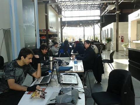 En la Game Work Jam, el año pasado, cuando comenzamos a desarrollar el juego (yo a la izquierda, tenía menos ojeras)