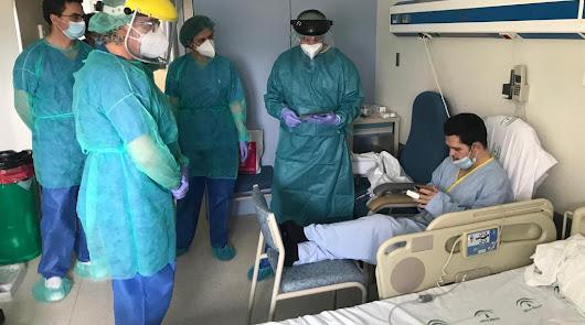 El equipo directivo de Torrecárdenas visita a pacientes ingresados por el virus