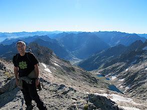 Photo: Des del cim (3.010 m) la vall de Mulleres per a on hem pujat. El refugi (2.360 m) és a l'alçada de l'últim ibon, i el cotxe a la vall del fons de tot (1.650 m)