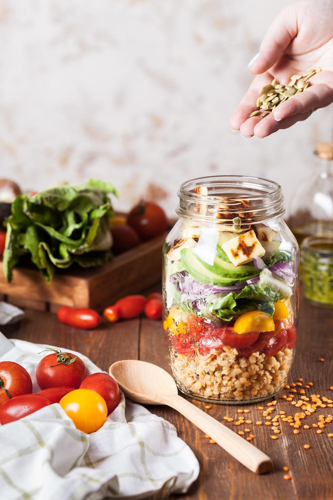Nossa nutricionista aconselha deixar os molhos por baixo, depois os grãos e só depois os vegetais (Fonte: Unsplash)