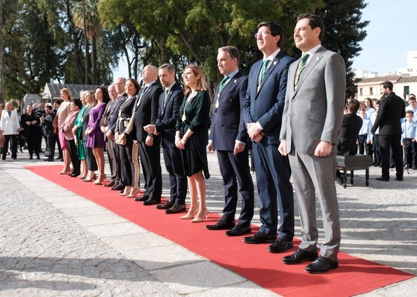 Autoridades en el exterior del Parlamento de Andalucía.