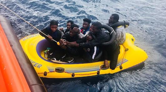 Rescatan a 33 hombres de tres pateras en la costa de Almería