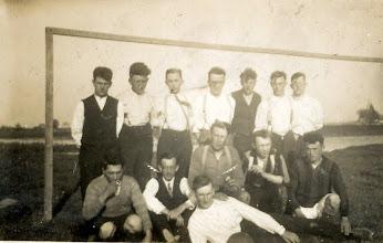 Photo: Vuren elftal foto eind jaren 20 voor de oprichting van vv Stormvogels
