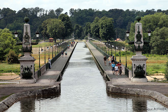 Photo: Pont canal de Briare pris au téléobjectif, d'où l'écrasement de la perspective. Longtemps le plus long pont-canal métallique du monde avec ses 662.69 mètres, large de 11 m (avec les chemins de halage, parfaits pour une promenade). Sa construction a été assurée par Gustave Eiffel et l'entreprise Daydé et Pillé de Creil. Ouvert à la circulation en 1896, il a permis le développement du transport avec la mise au gabarit Freycinet des écluses.  Il est classé monument historique. En 1900, c'est près de 10 000 bateaux qui empruntent le pont-canal chaque année. Il illustre le souci des ingénieurs du XIXe siècle d'associer qualité technique et esthétique.