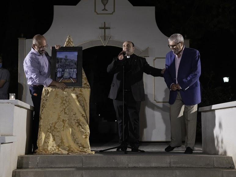 Don Ramón Garrido, junto al cuadro que se le obsequió en la cena homenaje. Foto de Andy Arche.