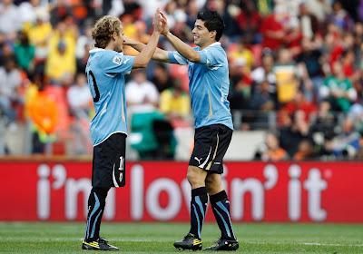 Suarez démontre son talent de gardien lors du match d'adieu de Forlan