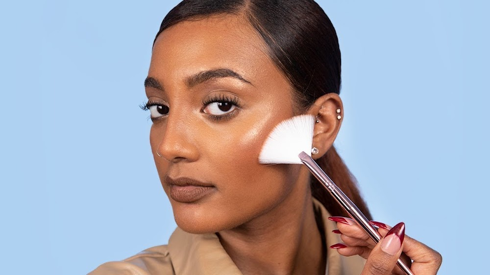 all-types-of-makeup-products_highlighter