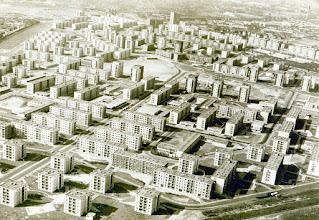 Photo: Zdj6ecie lotnicze osiedla József Attila (zdjęcie z 1966 r.). Wzorcowe osiedle Budapesztu w latach 1957-1980 zbudowane w kilku etapach. Projektował projektu Mester Arpád. Zbudowano 142 państwowe mieszkania, 12 spółdzielczych i jedno OTP (Państwowa Kasa Oszczędnościowa).Légifelvétel a József Attila-lakótelepről (fénykép, 1966)A főváros mintalakótelepe 1957 és 1980 között, több ütemben épült fel Mester Árpád rendezési és beépítési tervei alapján. A lakótelepen 142 állami, 12 szövetkezeti és egy OTP öröklakásos ház épült.