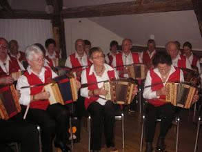 Photo: Die Grossformation spielt < happy birthday > und anschliessend  < e runde Geburtstag >